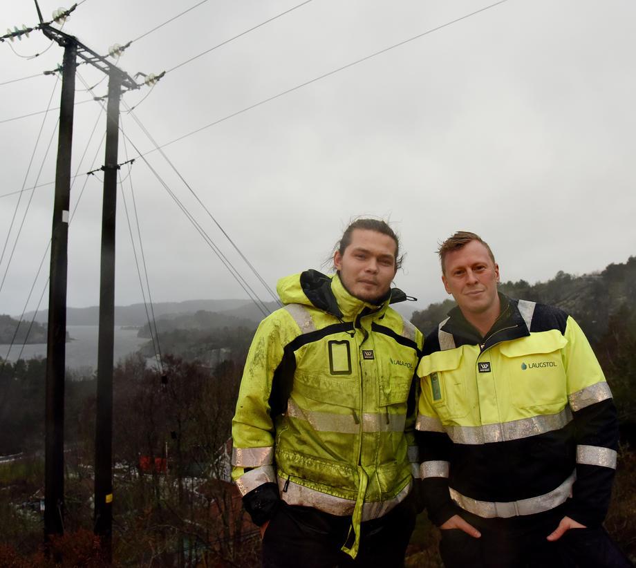 TILTAK: Thomas Nipedal i Laugstol (til høyre) og montør Fredrik Raflund på befaring etter arbeidet med å montere hindringer på høyspentledningene.  Foto: Bjørn Harry Schønhaug