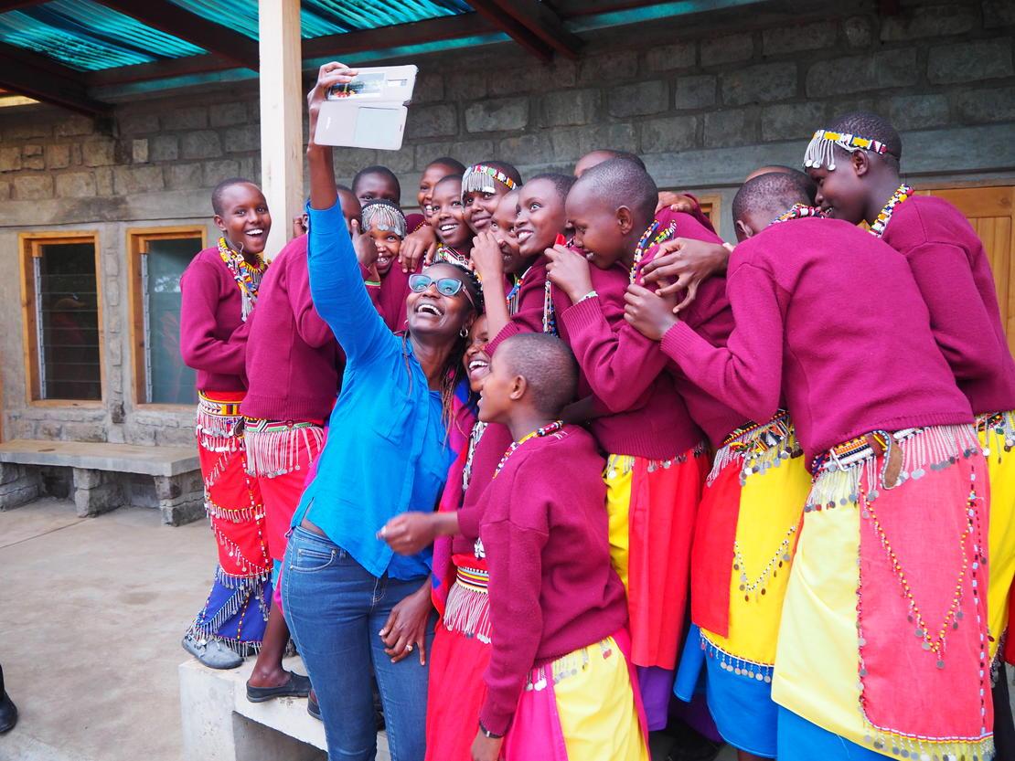 Som jenter flest: Jentene på skolen stiller gjerne opp på en selfie. Her med styreleder i Basecamp Foundation, Judy Kepher-Gona.