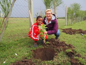 Planter trær: Skagerak Energis Anne Bakke Aasen, Inger Beathe Nilsen og Thor Bjørn Omnes planter trær sammen med elever fra Mara Girl's Leadership School.