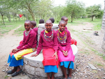 På benken for konfliktøsning (t.v) ser man hverandre i øynene, og løser problemer som måtte oppstå. En av jentene måtte innrømme å ha sittet der en del ganger. På benken for kontemplasjon skal man sitte stille rygg mot rygg.