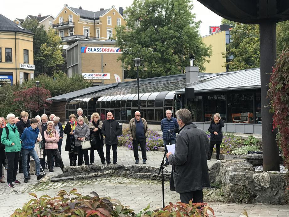 Cirka 80 personer dukket opp til avdukingen i Laugstolparken. FOTO: KRISTIAN NORHEIM.