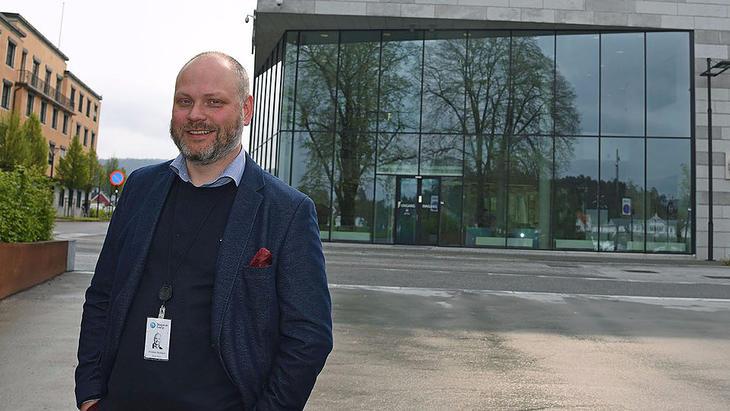 Sparsom: Kristian Norheim, konserndirektør for kommunikasjon og myndighetskontakt i Skagerak Energi, holder kortene til brystet fram til kveldens pressekonferanse. FOTO BJØRN HARRY SCHØNHAUG