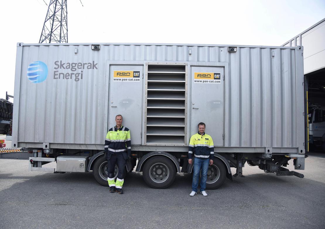 STORT: Så vidt Jan Vidar Pedersen Døj (til venstre) og Morten Gøytil i Skagerak Nett kjenner til, er det ingen mobile aggregater i landet som er større enn det de har i Slagen. FOTO: BJØRN HARRY SCHØNHAUG