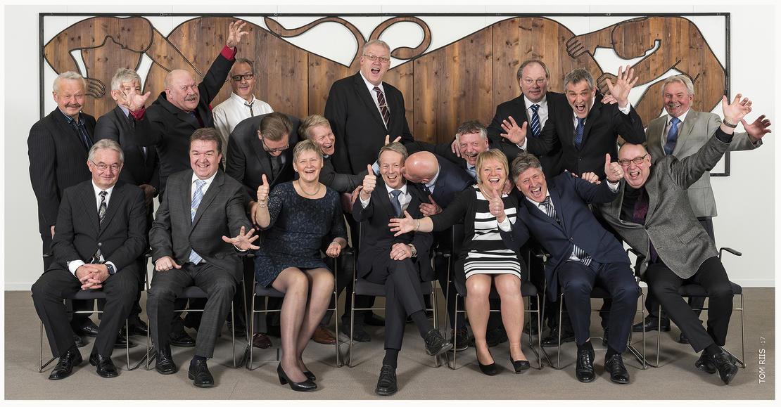 BEHIND THE SCENES. Første rekke fra venstre: Jørn Kragh, Bjørnar Hansen, Ellen Nyhus Kolbjørnsen og Knut Barland (Konsernsjef) er positive i situasjonen, mens Hanne Hobæk Johanssen får Per Christiansen og Tom Erlandsen i fanget. Bakre rekke fra venstre: Ambros Langåsdalen går fri, mens Trond Espedalen er delvis skjult bak Vidar Mortensen. Ragnvalt T. Aarlia unngår så vidt en strak venstre. Per Thomassen viser sin begynnende måne, Gunnar Møane viser V-tegnet, mens Eivind Frivold ser overrasket på at Erik Jacobsen kysser sjefen.Per Borgholt Hansen rives ned av Thorvald Olesrud. Bjørn Buvoll og Olle Johnny Andersen viser jazz-hands.  FOTO: TOM RIIS