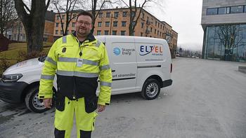 KOMMER PÅ BESØK: Når Håkan Radestedt og kollegaene i Eltel kommer hjem til deg for å montere de nye smartmålerne, kommer de i en slik bil. Bilen er merket med logoen til både Skagerak og Eltel. FOTO: BJØRN HARRY SCHØNHAUG