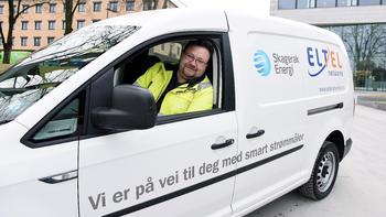 KOMMER PÅ BESØK: Når Håkan Radestedt og kollegaene i Eltel kommer hjem til deg for å montere de nye smartmålerne, kommer de i en slik bil. Bilen er merket med logoen til både Skagerak og Eltel.