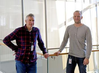 RASKERE: Med den nye måleren på plass, lover Dag Arne Danielsen (t.v.) og Erik Frikstad i Skagerak Nett at feil i strømnettet vil bli oppdaget og rettet mye raskere enn de klarer i dag. FOTO: BJØRN HARRY SCHØNHAUG