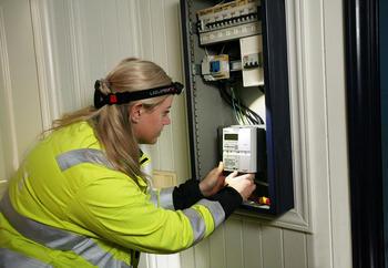 I mai begynner montasjen av de nye AMS målere for fullt ute hos kundene. Innen utgangen av 2018 skal nær 190 000 AMS målere være installert i Grenland og Vestfold. FOTO: RUHNE NILSSEN