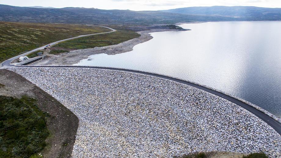 Sønstevatndammen på Imingfjell er et smykke i sine omgivelser, og rommer energi tilsvarende 404 GWh, eller 404 000 førti-fots batterikontainere.