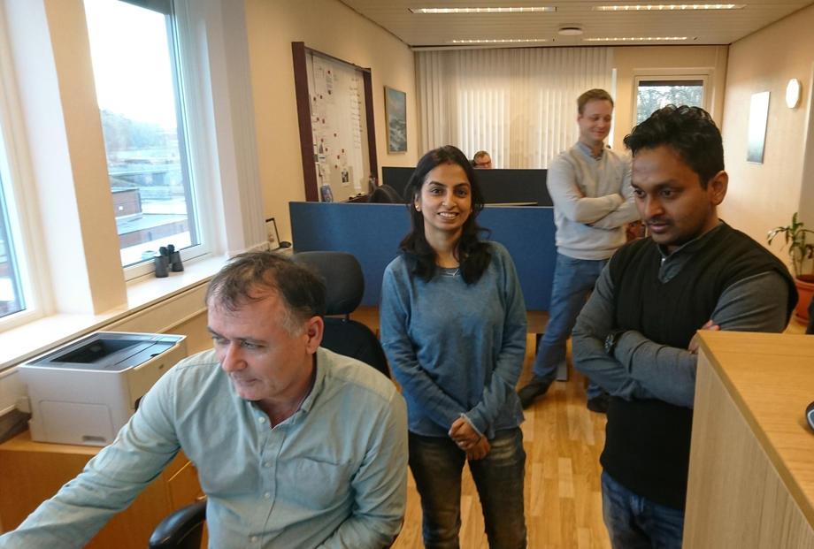 Her er gjestene på besøk i Slagen. Jan Arild Finne forteller hvordan Nettservice benytter systemet Kanchan og Shrikant har vært med å utvikle. FOTO: TERJE LINDGREN