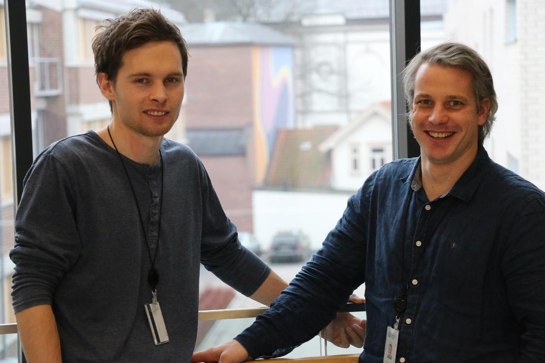 Fire av fire godkjenninger. Thomas Ranvik Eriksen (t.v.) og Stig Simonsen er svært godt fornøyd med å ha fått offentlig støtte til fire forsknings- og utviklingsprosjekter som Skagerak Nett skal gjennomføre de neste tre årene. FOTO: KJELL LØYLAND.