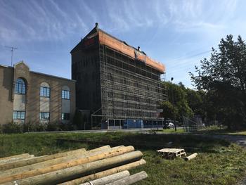 I slutten av august begynte arbeidene med å bytte taket på Hauen. Bare stillaset tok det to uker å få på plass. FOTO: SJUR MORTEN LUND.