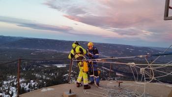 Bjørnar Siljan, Skagerak Nett og Frank Severinsen fra Telenor er godt sikret for den luftige jobben.  FOTO: STIAN LUNDE.