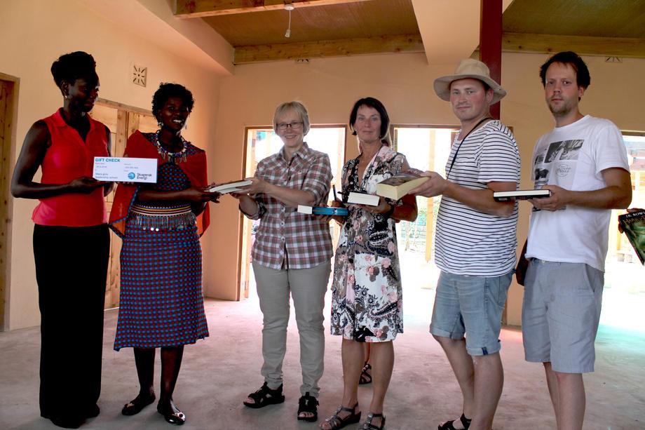 Bøker og en ekstra pengegave ble godt tatt i mot under åpningen av Maasai Girls Leadership School. Fra venstre: Judy Kepher-Goa, Jackline Rakwa, Tone Gammelsæter, Mona Lund, Olaf Jørgensen og Martin Bråthen. FOTO: GUNNAR MØANE.
