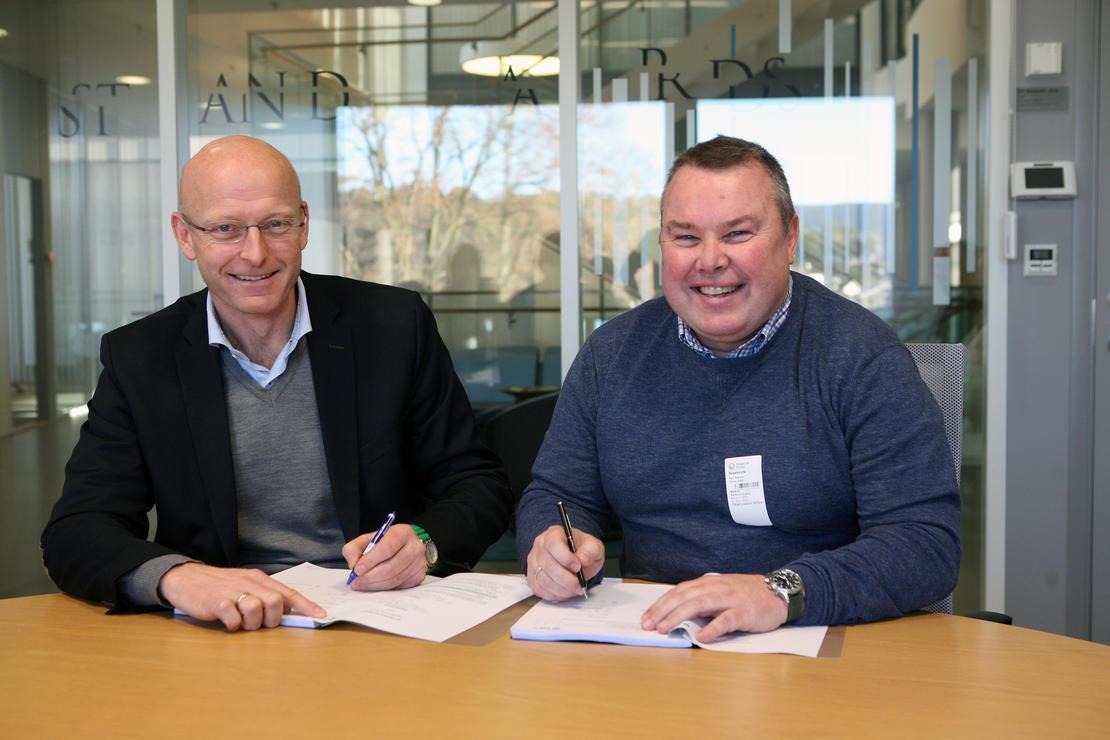 Konserndirektør for Skagerak Nett, Geir Kulås (t.v.) og leder for ABBs mellomspenningsvirksomhet, Ken Isaksen signerer rammeavtalen.  Med virkning fra 1. desember har Skagerak Netts inngått en rammeavtale om kjøp av elektrisk utstyr fra ABB. Det skal bidra til å forsyne nabolag og næringsliv i Vestfold og Grenland med pålitelig strøm. FOTO: RUHNE NILSSEN