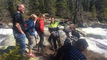 Bjarte Guddal orienterer under NVE-befaringen av Gjuvåa i mai i år. FOTO: LARS OLE THUNOLD.
