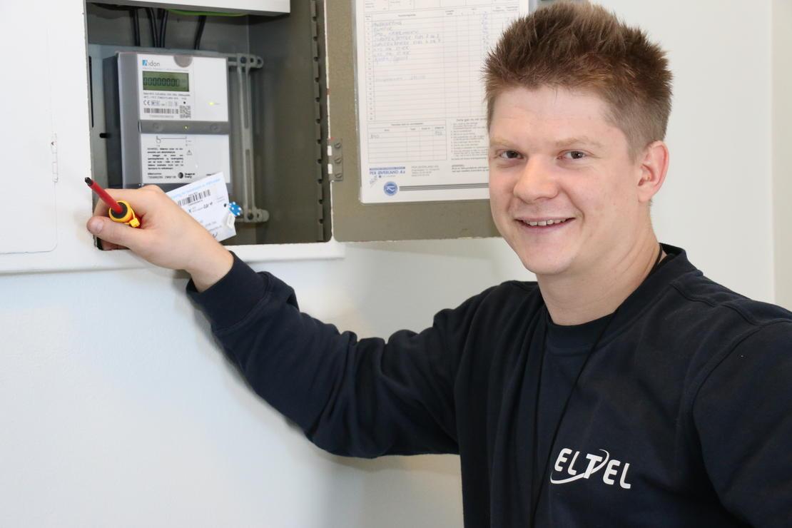 På Hovenga i Porsgrunn monterer Gunvald Jupskås Nordskog fra Eltel Networks en av de første AMS-målerne som kommuniserer med sentralsystemet.  FOTO: KJELL LØYLAND.
