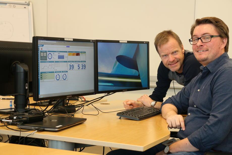 Prosjektleder Erik Høiland (t.v.) og fagkonsulent Robert Schulstok viser hvordan de får oversikt over alle AMS-målerne via dataverktøyet Amitool.  FOTO: KJELL LØYLAND