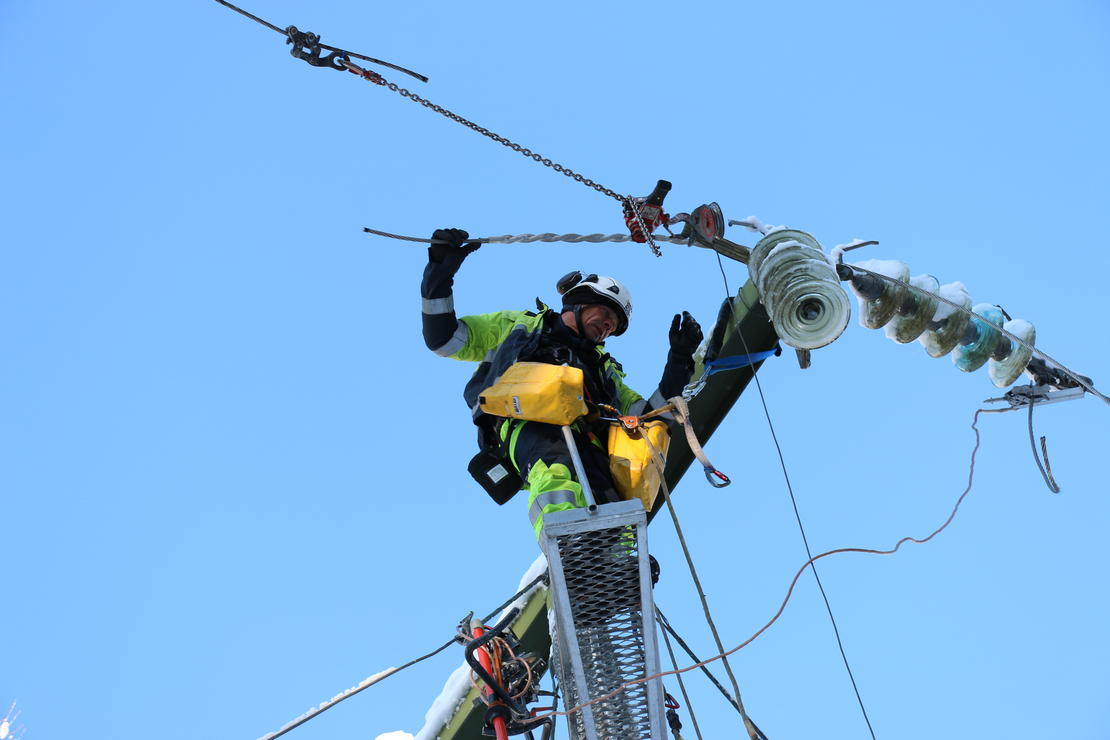 John Øystein Jensen reparerer 66 kV-ledningen mellom Evju og Haslestad som ble rammet av linjebrudd ved Hvittingfoss under uværet lørdag den 4. november. FOTO: KJELL LØYLAND
