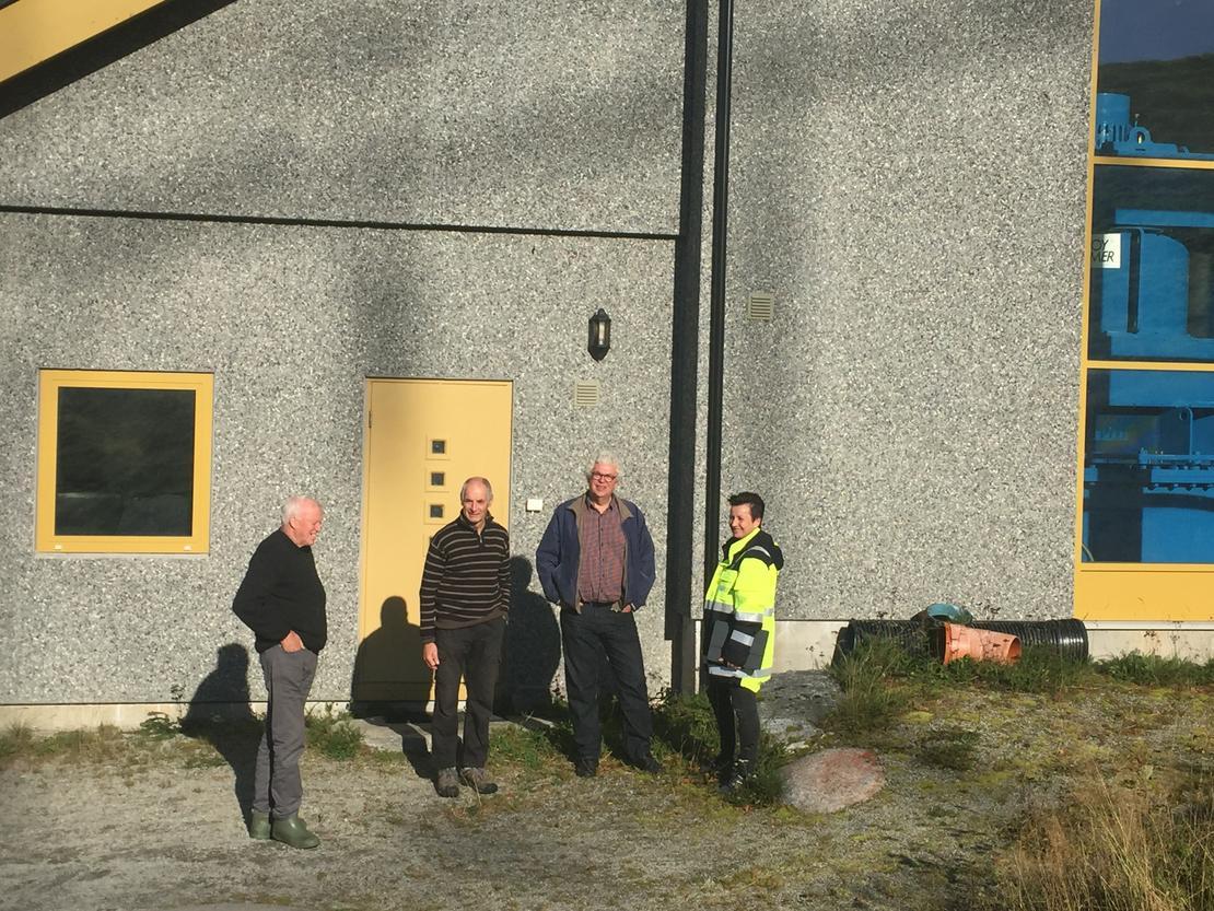 Barbro Årvik fikk omvisning på Råssåfoss kraftverk av eierne (f.v.) Lars Redalen, Gudmund K. Kvendset og Anders Talgø.  FOTO: CHARLOTTE SIVERTSEN.
