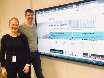 Kjersti Haugen og Kjell Løyland ved stor skjerm som viser nye nettsider