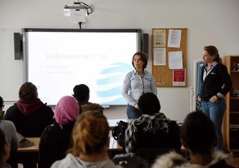 Gunn-Hilde Brenne og Ida Løken foran klasse ved voksenopplæringen i Horten.
