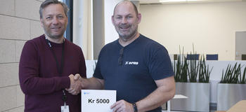 Thor Bjørn Omnes gratulerer Rune Kristiansen med 5000 kroner