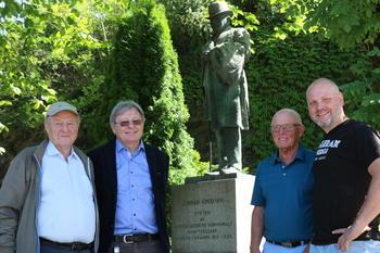 Dørum, Bakken, Andersen og Norheim ved Knudsen-statue