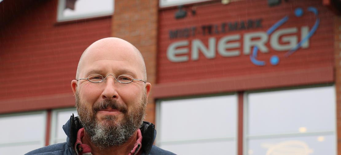 Mørch Jonassen ved MTE-logo på hovedkontor