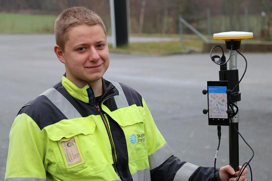 Fjeldheim med GPS-mottaker koblet til mobiltelefon.