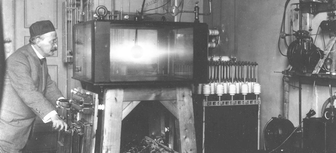 Kristian Birkeland i sitt solstudio som han bygget rundt 1900