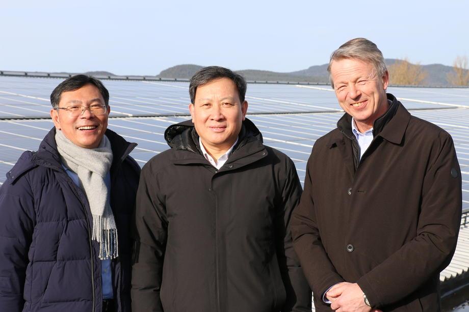 Tre personer på solcelletak