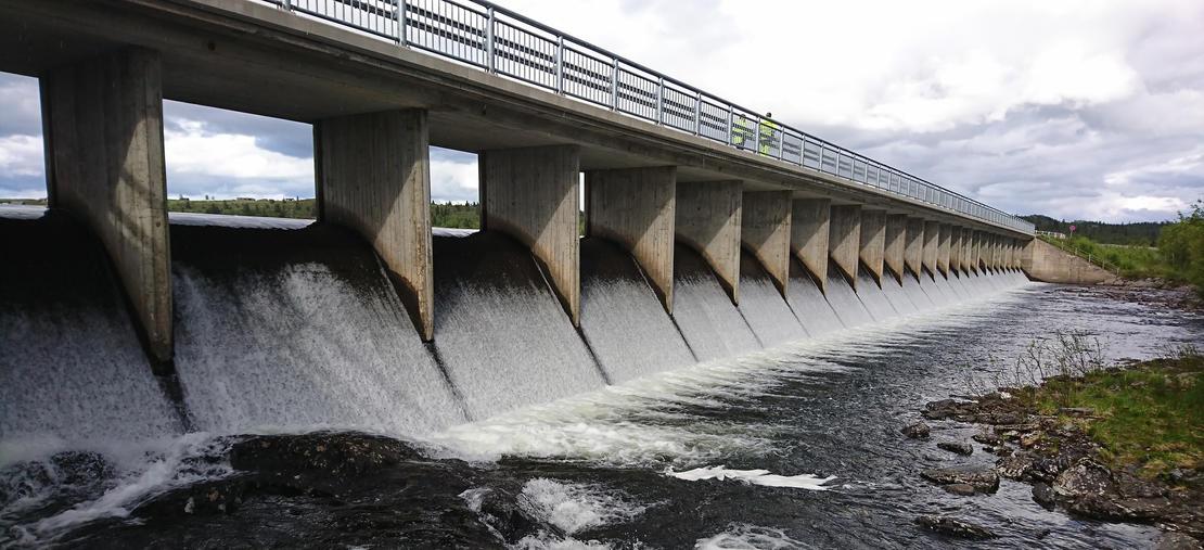 Dam med overløp og veibane