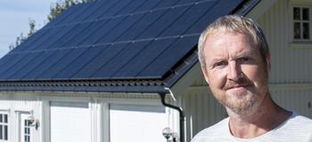 Mann foran tak med solceller