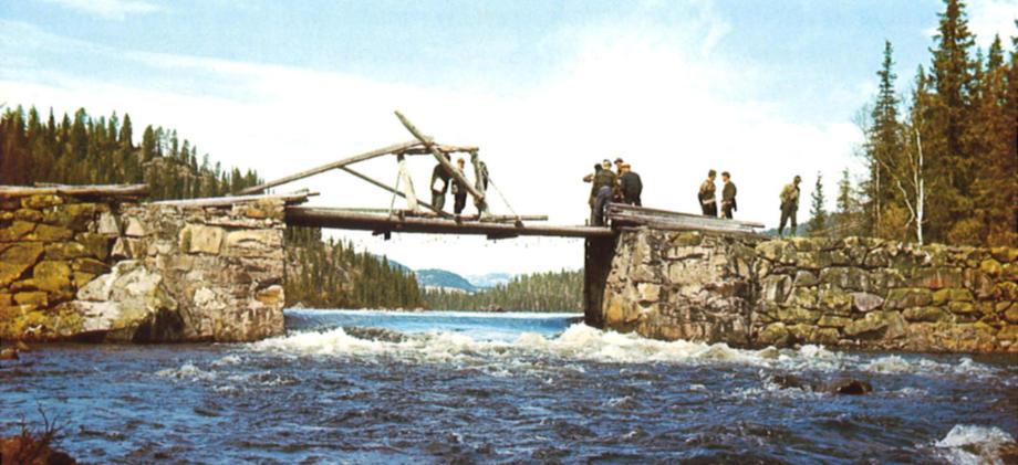 Historisk bilde med menn på gammel fløtningsdam.