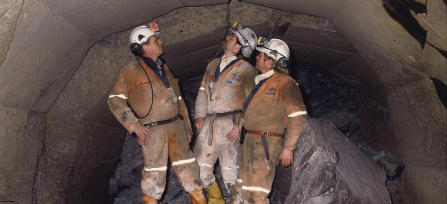 Historisk bilde med menn ved ras i tunnel.