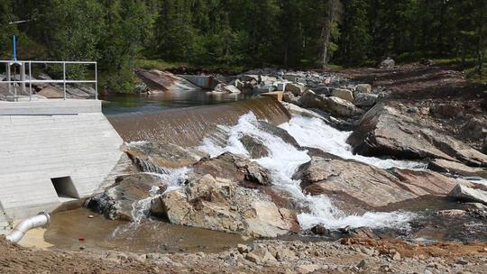Dam og rennende vann