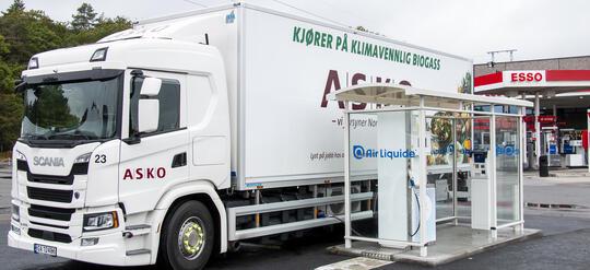 Lastebil ved fyllestasjon for biogass.